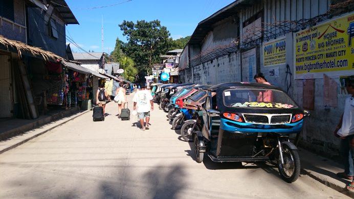 El_Nido_Sokakları_ve_Adada_Ulaşımın_Sağlandığı_Motorlar
