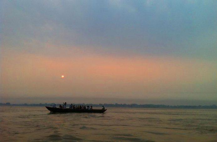 Varanasi'de Gün Batımı (Güneş Saatlerce Usul Usul Bekler )