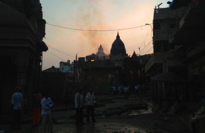 Varanasi-Dumanların Yükseldiği Yerde Ölüler Yakılıyor
