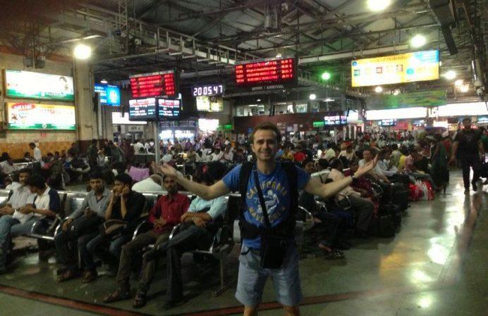 Mumbai'ye İlk Geldiğimiz Gün. Tren İstasyonları Her Daim Dolu