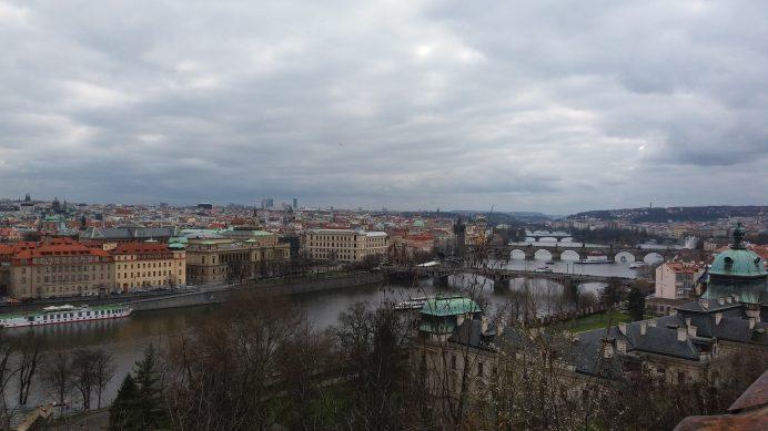 Letne_Park'ın_İçinden_Vltava_Nehri_Üzerindeki_Köprülerin_Manzarası