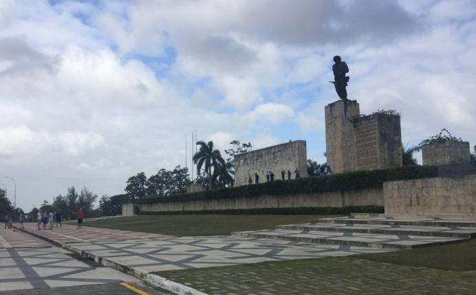 Che_Guevara_muzesinin_ustunde_yer_alan_Che_heykeli