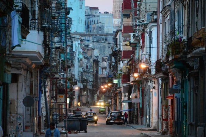 Sabahin_ilk_isiklarinda_Havananin_Ara_Sokaklari