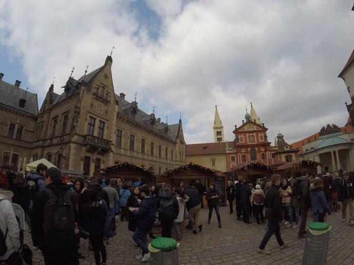 Prag_Kalesinin_İçindeki_Meydanlardan_Biri