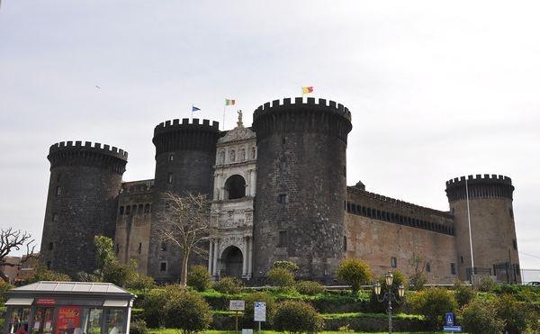 Napoli-castel-nuovoyeni