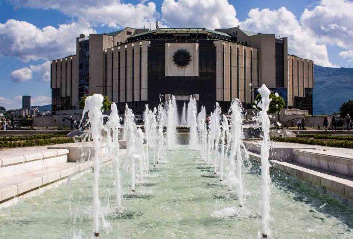 Ulusal_Kültür_Sarayı_sofya_bulgaristan_araba_gece_hayatı