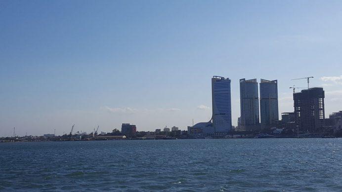 Tanzanya'da yaşam – Darüsselam'ın modern ticaret bölgesi ve Tanzanya sahilleri.
