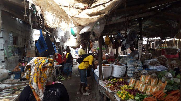 Tanzanya resimleri – Kaldığım köy Mbande'de tipik bir pazar.