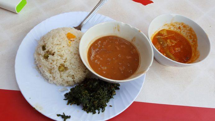 """""""Tanzanya'da ne yenir?"""" Sebze ve pilavdan oluşan Tanzanya yemeği."""