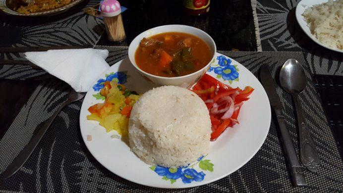 Et ve beyaz pilavlı yöresel Tanzanya yemeği.