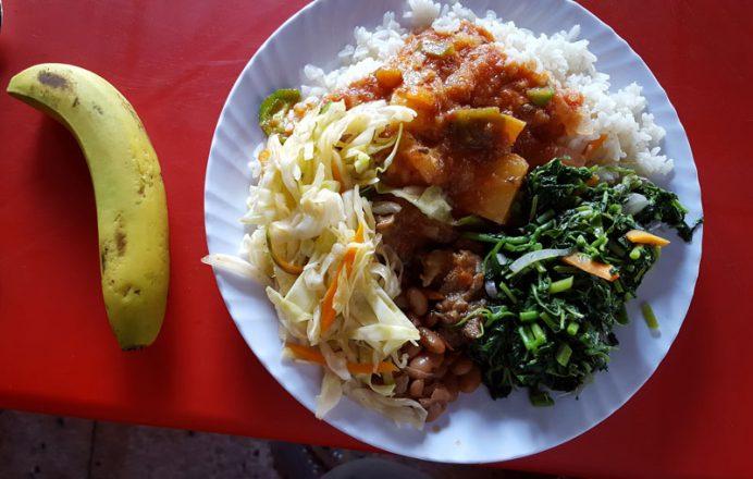 Tanzanya meyveleri. Tropik bir meyve olan muz hemen her yemekte pişmiş ya da çiğ olarak yer alıyor.