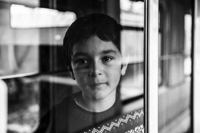 doğu ekspresinden bakan çocuk