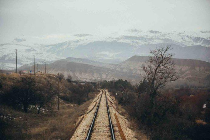 doğu ekpresinde son vagondan tren yolu görüntüsü